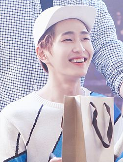 Onew at a fansign at IFC Mall in Yeouido on May 2015.jpg