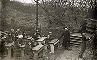 Openluchtschool in de vrieskou Open-air school in the freezing cold (3915530627).jpg