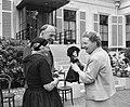 Ouden van Dagen defileren langs koningin Oude vrouw biedt koningin pop aan, Bestanddeelnr 912-5934.jpg