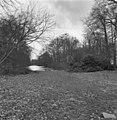 Overzicht van het park met beek achter het huis - Baarn - 20027154 - RCE.jpg