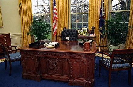 1994年にレゾリュートデスクに座っている大統領猫ソックス