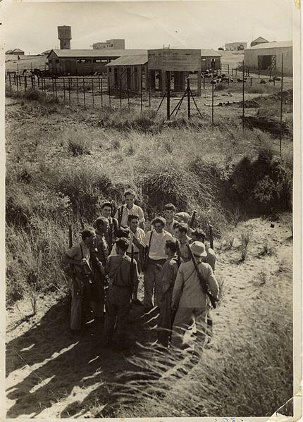 התכנסות חמושים מחוץ לגדר ברמת הכובש