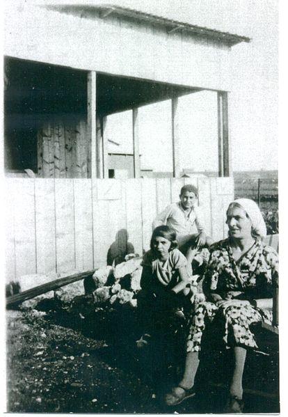 הניה, יעקב ומלכה בונים את צריפם