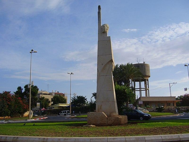 פסל של אלפרד מונד בתל מונד