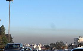 Poluição atmosférica nos arredores de Paris (França).
