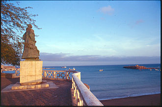 Plateau (Praia) - Monument to Diogo Gomes with the view of the Atlantic and Ilhéu de Santa Maria