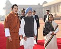 Pratibha Devisingh Patil and the Prime Minister, Dr. Manmohan Singh at the ceremonial reception of the King of Bhutan, HM Jigme Khesar Namgyel Wangchuck, at Rashtrapati Bhavan, in New Delhi on December 22, 2009.jpg