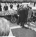 Prinses Beatrix en Claus bezoeken Rotterdam, burgemeester Thomassen veegt confet, Bestanddeelnr 917-9471.jpg