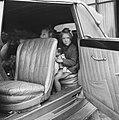 Prinsessen Beatrix en Irene in de auto die hen naar hun grootmoeder koningin Wil, Bestanddeelnr 900-6096.jpg