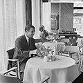 Puskas bezocht Faas Wilkes in Rotterdam, Puskas drinkt kopje koffie, Bestanddeelnr 918-1525.jpg