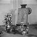 Reliëf van Karel I staand op een schildersezel, omringd door bloemstukken, Bestanddeelnr 255-8560.jpg