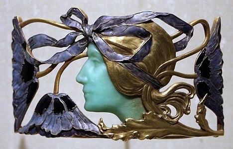 René lailique, placca da collo con profilo femminile, oro, crisoprazio e smalti, 1898-1900 ca