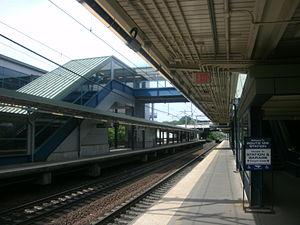 Route 128 station - 2000-built platforms and pedestrian bridge