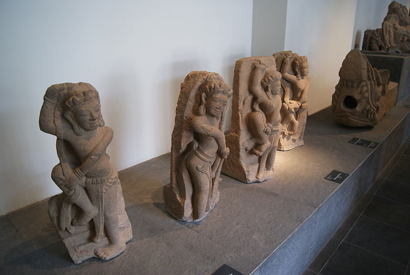 File:Sandstone statues of dancers (10th century), Museum of Vietnamese History, Ho Chi Minh City - 20121014.JPG