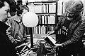 Schrijver Jan Wolkers bekijkt onder het toeziend oog van twee lezeressen de opdr, Bestanddeelnr 930-5449.jpg