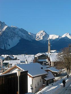 Doğudaki Graubünden kantonunda Sent'ten bir kış manzarası.