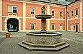Sokolov nádvoří zámku kašna.jpg