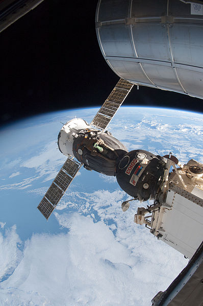 Question sur les ports d'amarrage Rassvet (et orientation ISS) 398px-Soyuz_TMA-07M_docked_to_MRM1