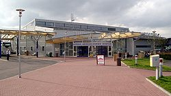Миша пытается перетащить Серегу через гондолу катамарана.  Описание: Стокгольм-Арланда (аэропорт.  Автор: Лука.