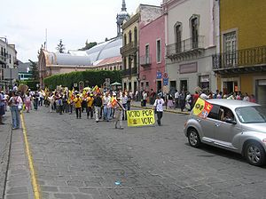 Mexican general election, 2006 - Supporters of López Obrador marching in Guanajuato
