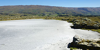 Der Sutton Salt Lake mit den Rock and Pillar Range im Hintergrund