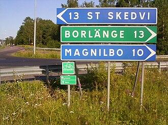 Sverigeleden - Note the small green Sverigeleden signs below the normal road signs.