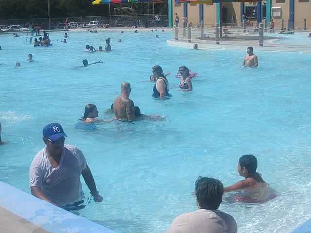 File swimmers in garden city ks img 5879 jpg wikipedia for Garden city pool