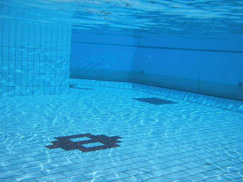 https://upload.wikimedia.org/wikipedia/commons/thumb/e/ec/Swimming_pool_underwater_1.JPG/800px-Swimming_pool_underwater_1.JPG