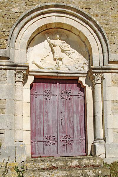 Porte de la chapelle seigneuriale de Tharoiseau - sculpture de l'archange Saint-Michel sur le tympan