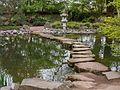 Trittsteine am oberen Teich Japanischer Garten Kaiserslautern.jpg