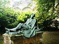 Umierający żołnierz - rzeźba w parku zamkowym.JPG