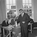 Verkiezingen te Rotterdam, Burgemeester Thomassen brengt zijn stem uit, Bestanddeelnr 919-2177.jpg