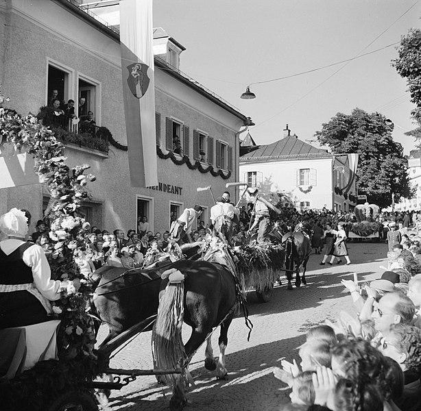 File:Versierde wagen waarop mannen met dorsvlegels in de optocht bij de oogstfeesten, Bestanddeelnr 254-1895.jpg