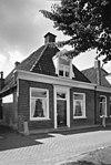 foto van Woning onder zadeldak met voorschild, topschoorsteen en dakkapel