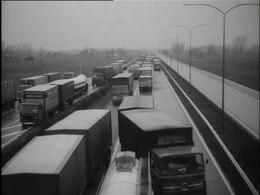 Bioscoopjournaal uit 1974. Vrachtwagenblokkades bij Nederlandse grensposten tegen de invoering van de tachograaf.
