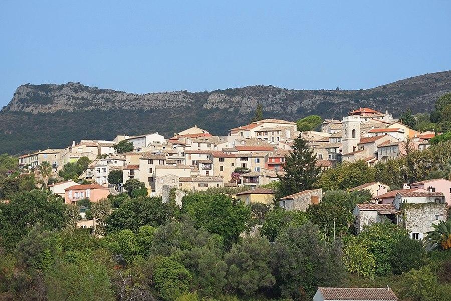 Vue du village de La Gaude depuis une impasse du chemin des Tuilières.