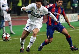 Javier Zanetti supera Mark González