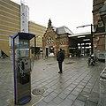 Zicht op de bloemenkiosk, rechts het stationsgebouw, gezien vanaf het Stationsplein - Groningen - 20389367 - RCE.jpg