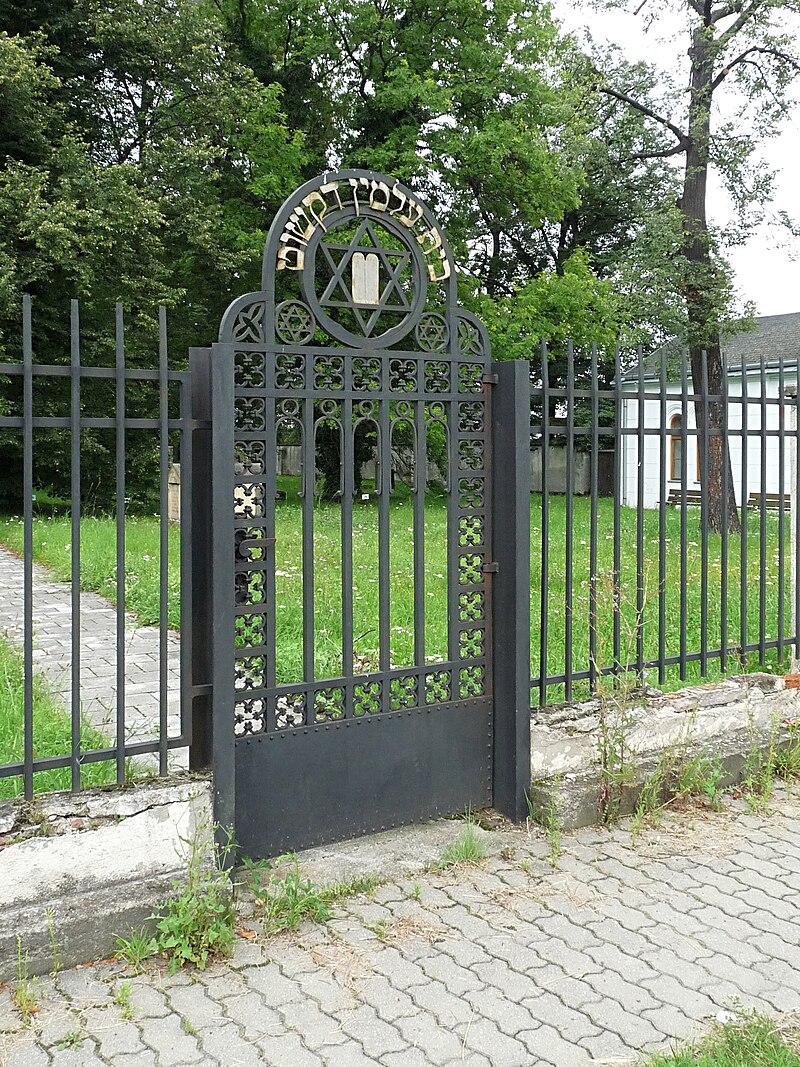 Židovský hřbitov (ČB) - branka.jpg