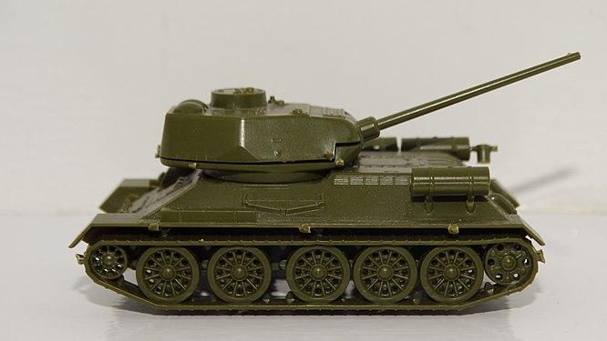 Модель танка Т-34 при съемке в ящике.jpg