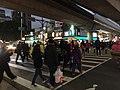 士林捷運站下中正路的斑馬線上人潮.jpg