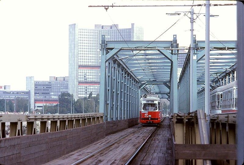 File:059R26160979 Strassenbahn, Bau der Reichsbrücke, Blick Richtung Norden, Strassenbahn Ersatzbrücke,.jpg