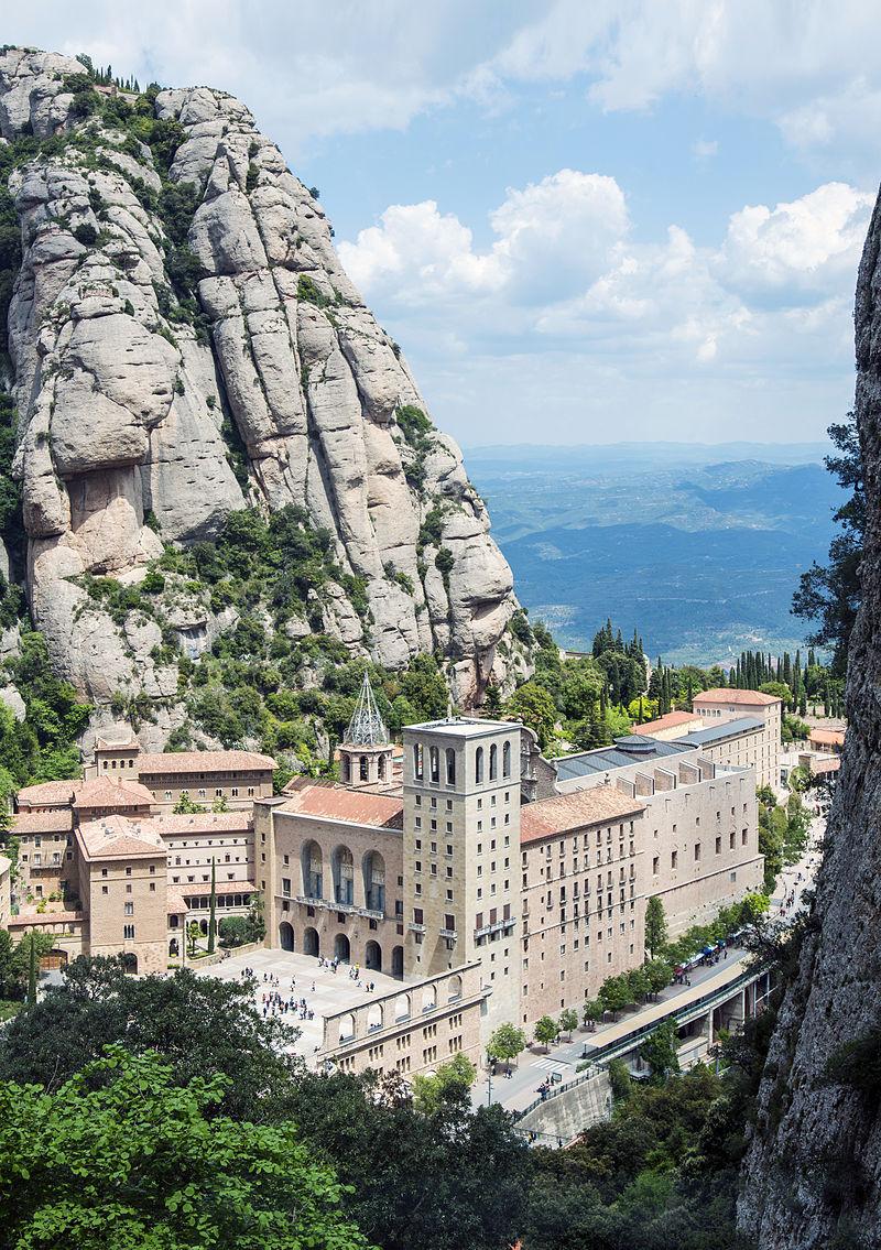 https://upload.wikimedia.org/wikipedia/commons/thumb/e/ed/1_montserrat_Santa_Maria_de_Montserrat_Abbey_Funicular_de_Sant_Joan_2014.jpg/800px-1_montserrat_Santa_Maria_de_Montserrat_Abbey_Funicular_de_Sant_Joan_2014.jpg