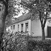 foto van 'Velzenbosch' boerderij, geel gepleisterd dwarshuis