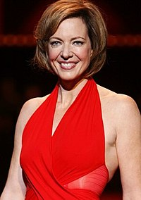 Allison Janney vid modeuppvisning The Heart Truth (2008).