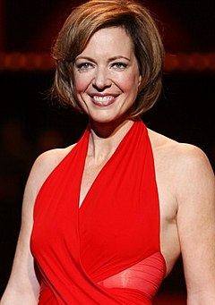 "Allison Janney vid modeuppvisningen ""The Heart Truth"", 2008."