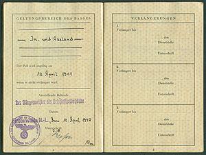 Amtsdokument Paul Fischer 1940 Deutsches Reich Reisepass Seite 06 07 Geltungsbereich Ausstellende Behörde Verlängerungen.jpg