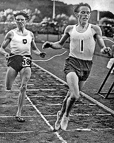 Gunder Hæg (t.h.) sætter ny verdensrekord på distancen en engelsk mil på Slotsskovvolden i Göteborg 1 juli 1942.   Den nye verdensrekordtid er 4.06,2.   Til venstre i billede ses toeren Arne Andersson.