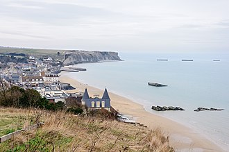 Arromanches-les-Bains - Arromanches, with the remains of the Mulberry harbour in its bay