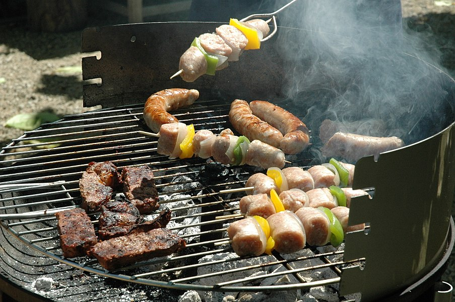Vlees op een barbecue; (en) Meat on a barbecue